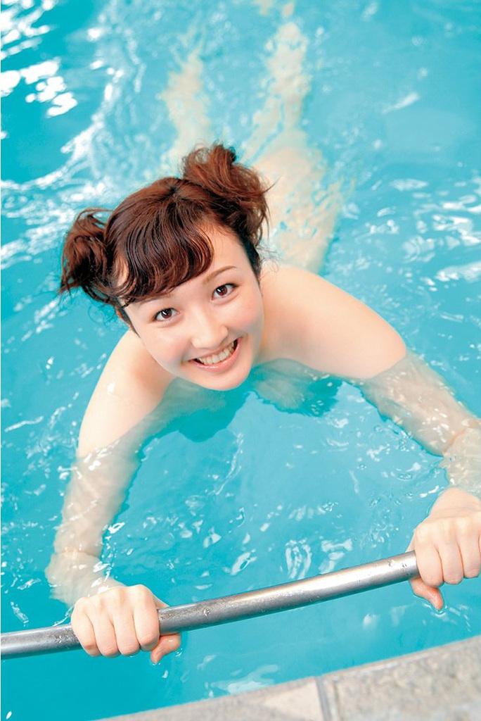 プールに入る矢野未夏