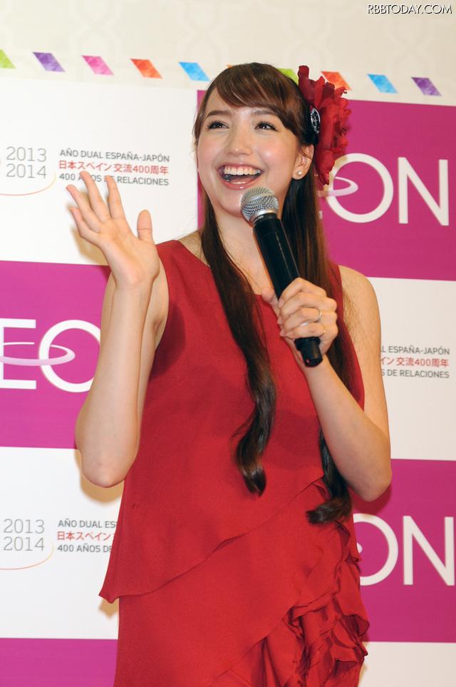 豊田エリーの赤ドレス